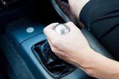 有手工齿轮的手在手动传动汽车 库存图片