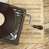 有手工绕的时髦的美丽的老留声机在一张木桌上 库存照片