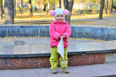 有手帕的女孩在公园 免版税库存图片