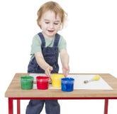 有手指油漆的孩子 库存图片