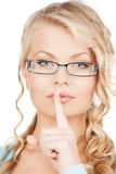 有手指的妇女佩带的镜片在她的嘴唇 免版税库存照片