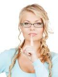 有手指的妇女佩带的镜片在她的嘴唇 库存照片