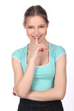 有手指的微笑的夫人在她的嘴唇 关闭 奶油被装载的饼干 免版税库存照片