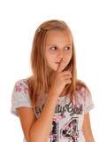 有手指的年轻俏丽的女孩在嘴 免版税库存照片