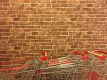 有手推车的,红砖砖墙 免版税库存照片