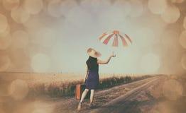 有手提箱和伞的女孩 免版税库存图片