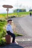 有手提箱和地图的小男孩 免版税库存照片