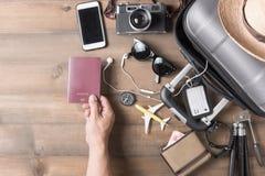 有手提箱和辅助部件的护照手中人 免版税图库摄影