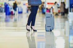 有手提行李的女商人在机场 库存照片