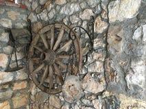 有手放置的古色古香的墙壁 库存照片