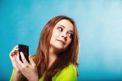 有手机发短信的十几岁的女孩 库存照片