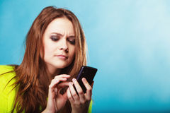 有手机发短信的十几岁的女孩 库存图片