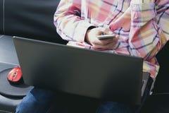有手机和计算机的手 免版税库存图片