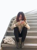 有手机的亚裔妇女 免版税库存照片