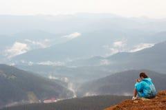 有手机的女孩在山顶部 库存照片