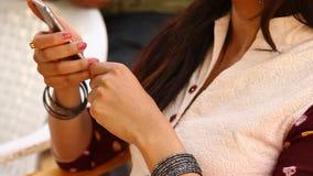 有手机的女性式样手 股票录像