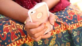 有手机的女性式样手 股票视频