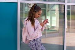 有手机的妇女手 免版税库存照片