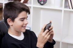 有手机的孩子 免版税库存照片