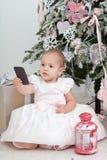 有手机的小女孩 免版税库存照片