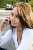 有手机的少妇 免版税库存图片