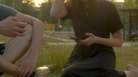 有手机的年轻女人在公园 股票视频