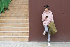有手机的年轻青春期前 免版税库存照片