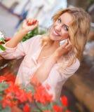 有手机的微笑的少妇 免版税库存照片