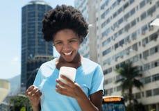 有手机的欢呼的非裔美国人的女孩 图库摄影