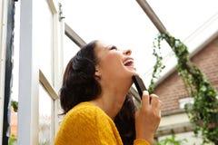 有手机的笑的妇女 免版税库存图片