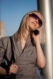 有手机的美丽的妇女 免版税库存图片