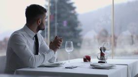 有手机的英俊的人在餐馆 免版税库存照片