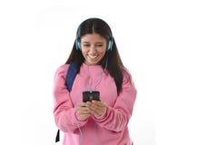 有手机的跳舞少妇或学生的女孩听音乐耳机唱歌和 免版税库存照片