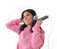 有手机的跳舞少妇或学生的女孩听音乐耳机唱歌和 库存图片