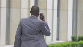 有手机的年轻非裔美国人的商人-黑人,慢动作 影视素材
