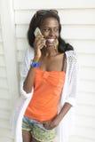 有手机的年轻非洲妇女 免版税库存图片
