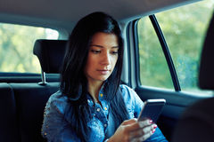有手机键入的正文消息的妇女 免版税库存照片