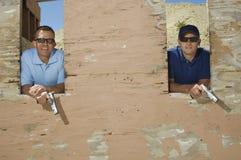 有手枪的两个人在射击距离 免版税库存图片