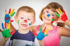 有手画的小微笑的孩子在五颜六色的油漆 免版税库存图片