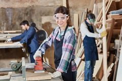 有手研磨机的妇女 免版税库存图片