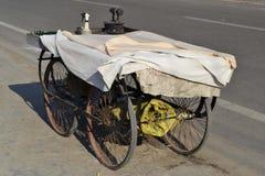 有手铁的手汽车在印度 库存图片