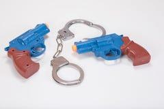 有手铐和拷贝空间的两把塑料手枪 免版税库存照片