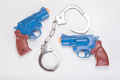 有手铐和拷贝空间的两把玩具手枪 库存图片