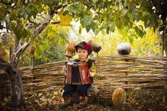 有手风琴的乡村男孩唱歌曲 库存照片