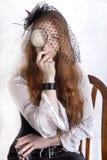 有手玻璃的红头发人女孩 免版税库存照片