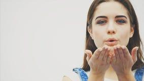 有打击宣扬亲吻的大蓝眼睛的富感情的年轻女人,她在便服打扮,有自然构成 股票录像