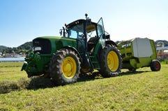 有打包机的农业拖拉机 免版税库存图片