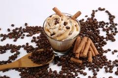 有打好的奶油的咖啡杯用巧克力黏附 免版税库存照片