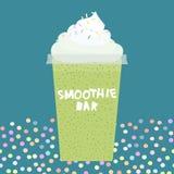 有打好的奶油的在黑暗深蓝,绿松石背景卡片设计圆滑的人酒吧猕猴桃圆滑的人透明塑料杯子 向量 向量例证