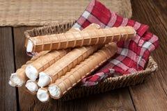 有打好的奶油的甜管 免版税库存图片